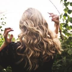 髪が薄い人の髪のうねり対策は?
