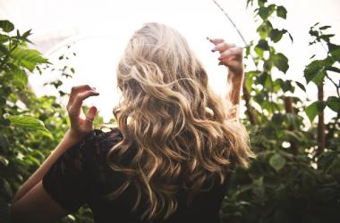 髪のうねりの原因と対処法