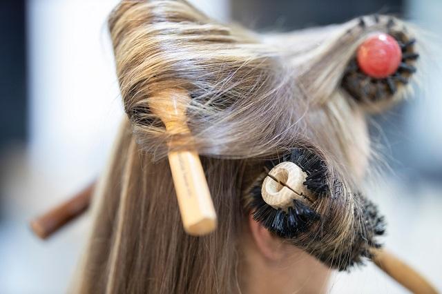 ドライヤーをかける時に髪をとかすと髪が傷む?