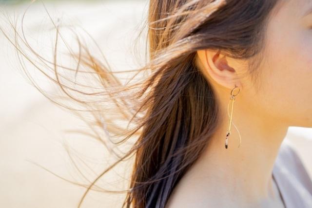 春風が強すぎて髪が絡まる!風が髪に与えるダメージと美髪を守る方法