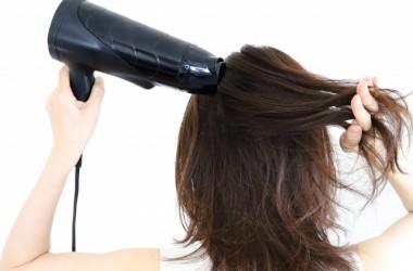 夏は暑くてドライヤーが面倒!冷風だけで髪を乾かすと髪に影響はある?