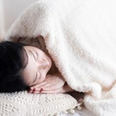 寝つきが悪いと髪にも影響するの?