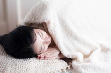 眠るときは髪を結ぶ?結ばない?ダメージを軽減する方法とは