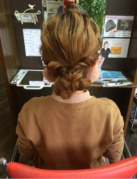 三つ編みとくるりんぱで作る簡単まとめ髪