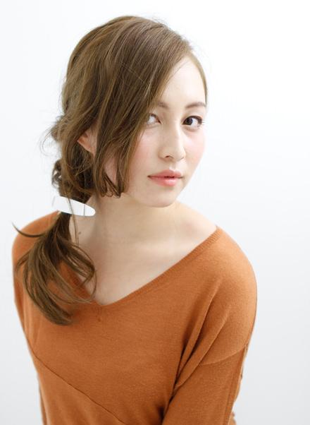 長い前髪がクールな印象を与えるサイドアレンジ