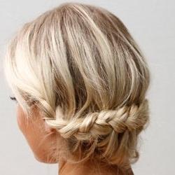 ゆるめ三つ編みで作るアップヘア ヘアアレンジ ミディアムヘア