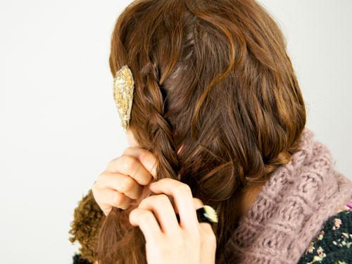 肩に流れる三つ編みヘアアレンジ4