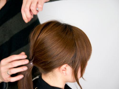 まとめ髪をねじって作るシニヨン風ヘアアレンジ3