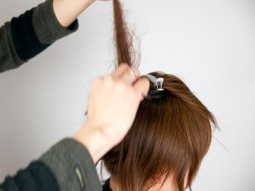 まとめ髪をねじって作るシニヨン風ヘアアレンジ2