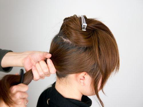 まとめ髪をねじって作るシニヨン風ヘアアレンジ1