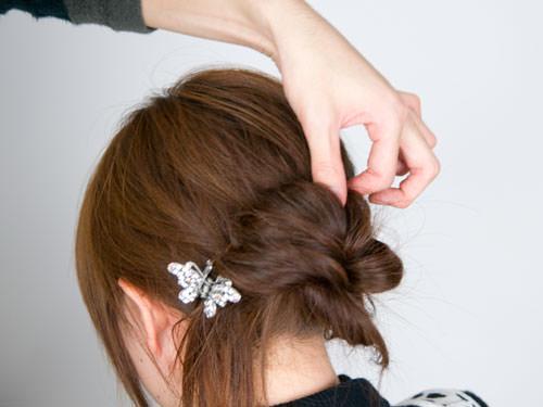 まとめ髪をねじって作るシニヨン風ヘアアレンジ7
