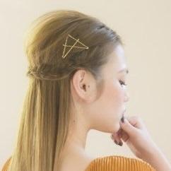 ゴールドピンを使った細め三つ編み ヘアアレンジ ロングヘア