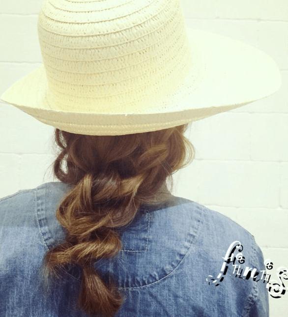夏モテ!麦わら帽子に似合うヘアアレンジTOP