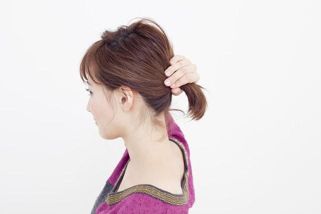 透け感前髪&ゴールドピンのトレンドひとつ結び1