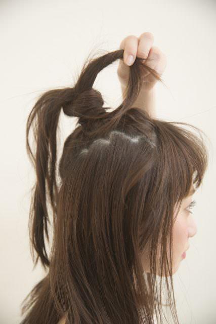 やんちゃ感のあるおだんごとストレートヘアの絶妙バランス