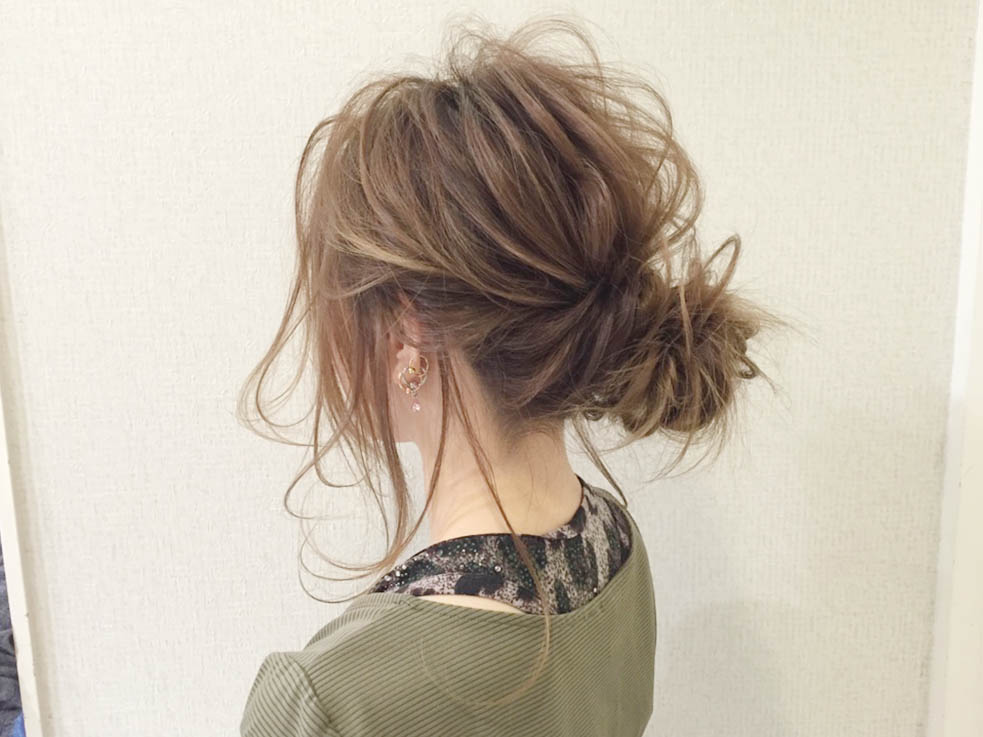 メッシーバンのアップスタイルヘアアレンジTOP