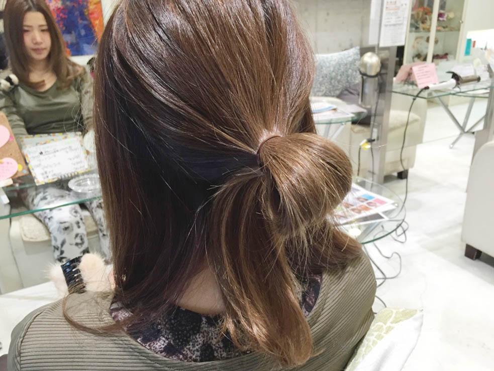 メッシーバンのアップスタイルヘアアレンジ1