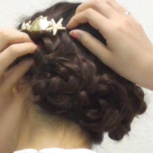 三つ編みで作る華やかアップヘア5