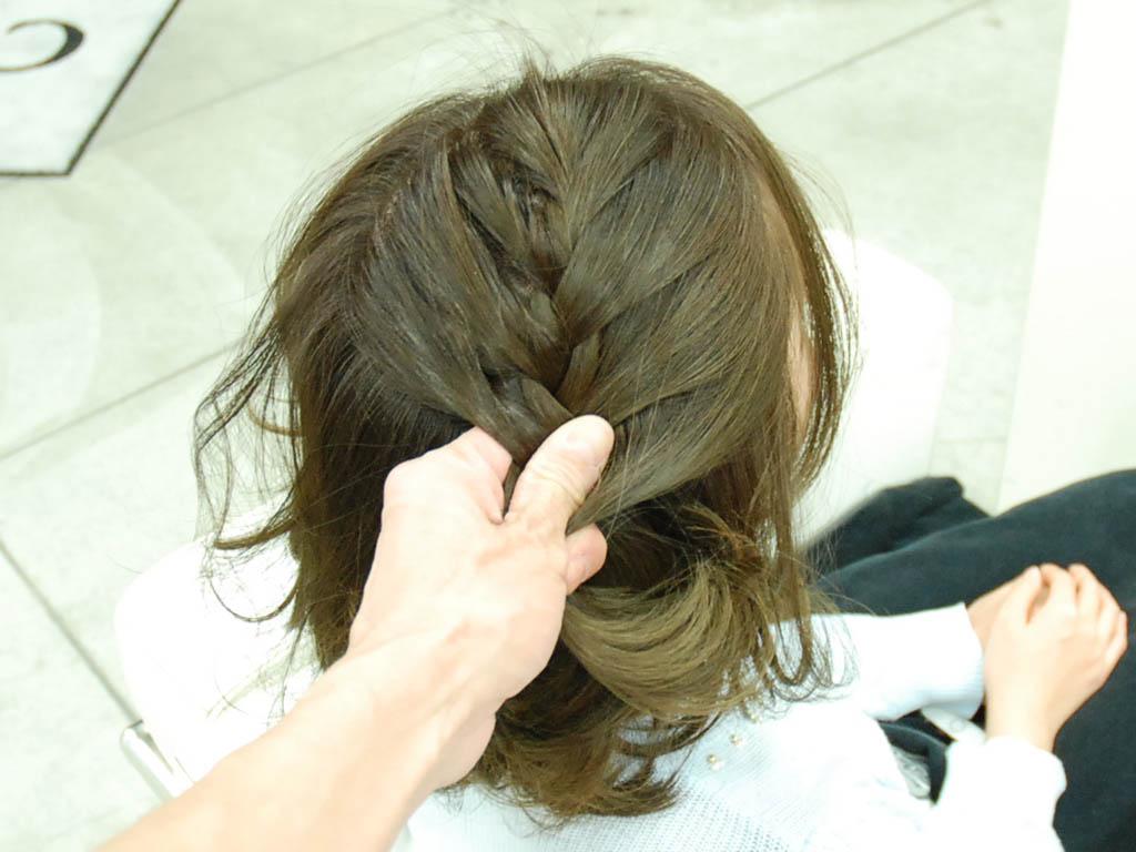 アシンメトリーな編み込みヘアアップ3