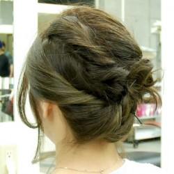 アシンメトリーな編み込みヘアアップTOP