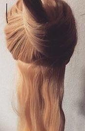 髪を縛る!?編み込み不要のポニーテールアレンジ1