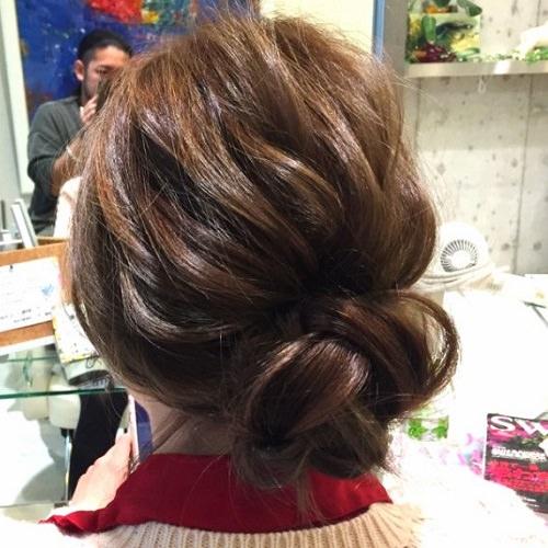 髪の広がりをカバー☆エアリー感がおしゃれなシニヨンアレンジ5
