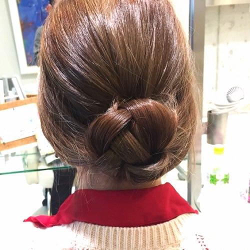 髪の広がりをカバー☆エアリー感がおしゃれなシニヨンアレンジ4