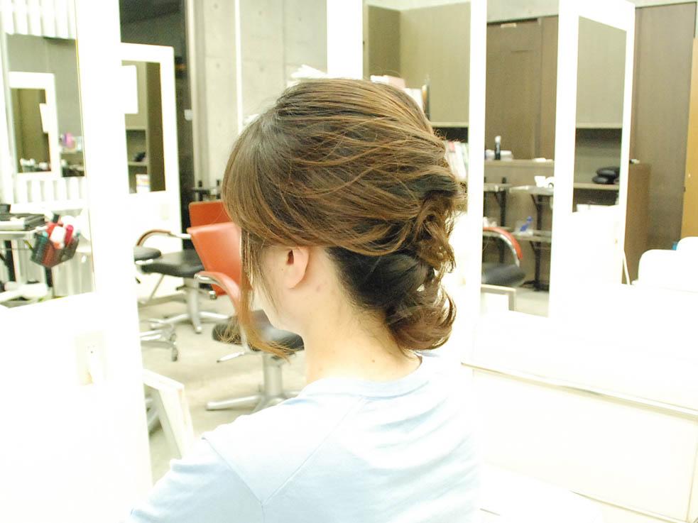 毛先をアクセ代わりに☆くるりんぱと編み込みの結婚式ヘアサイド