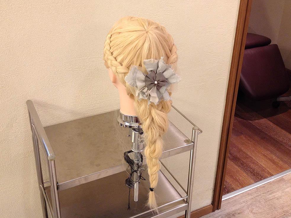 編み込みで作るパーティーヘアアレンジ10