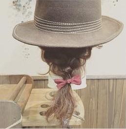 ハットでおしゃれに☆編み込みダウンヘア3