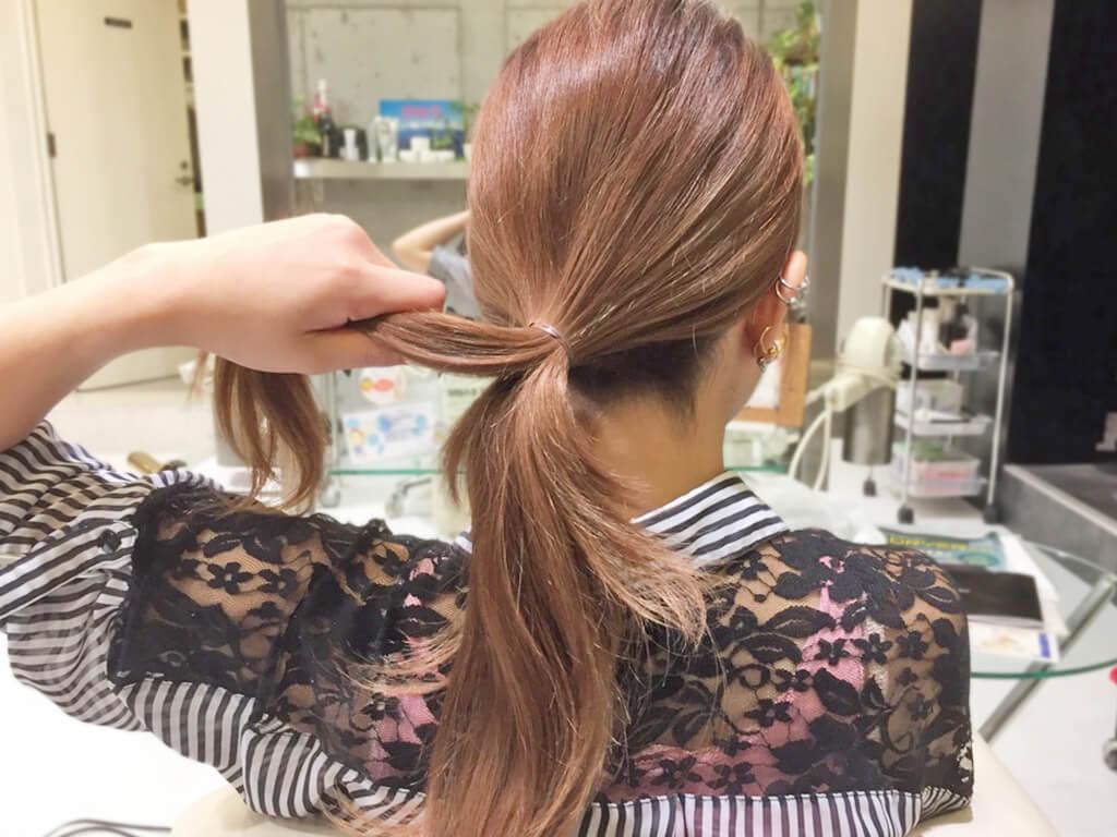 自分の髪を結んで作るノットヘア風ひとつ結び1