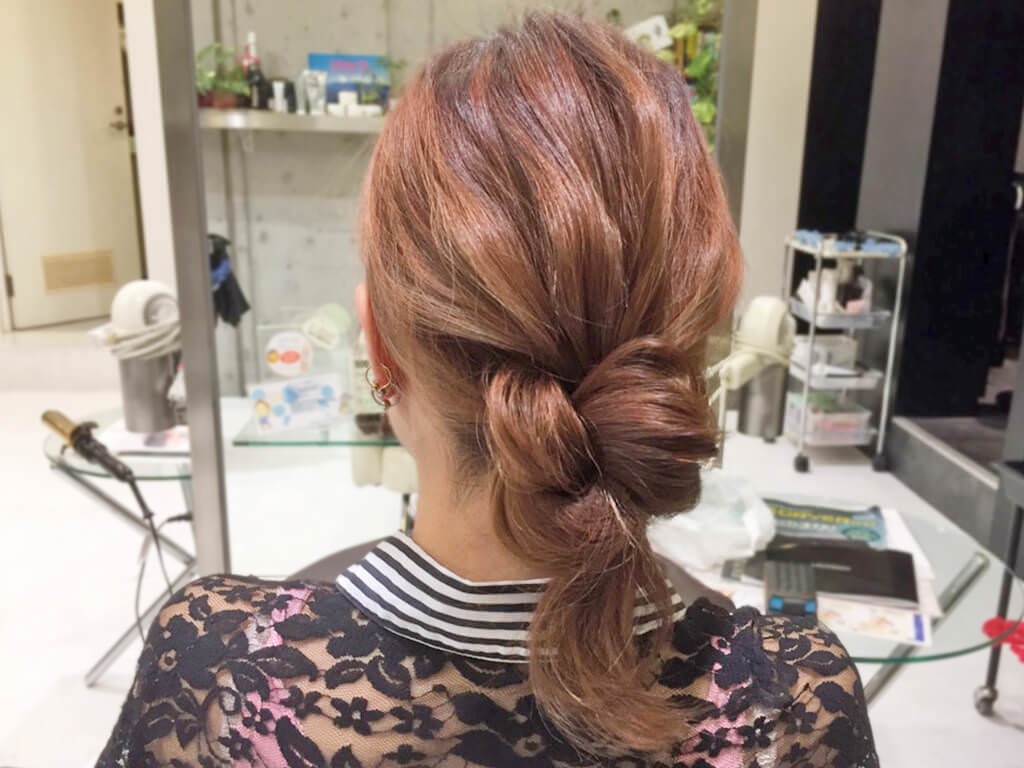 自分の髪を結んで作るノットヘア風ひとつ結び5