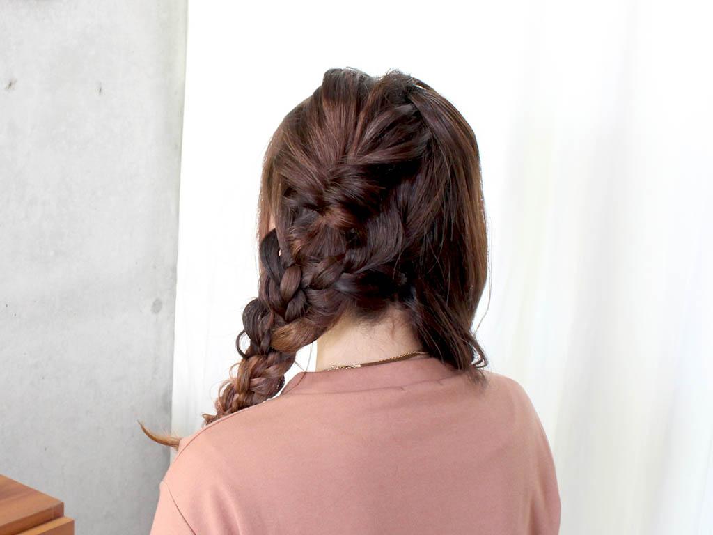 とっても華やか!三つ編みツーサイドダウンヘア4