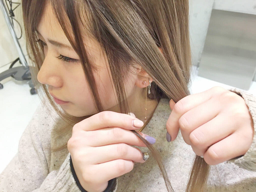 普通のポニテをさらに可愛く♡後れ毛を使ったヘアアレンジ術2