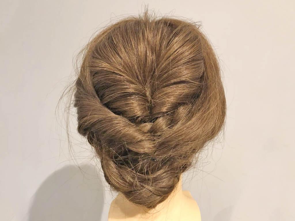 ねじりと三つ編みで完成!上品なまとめ髪アレンジ5