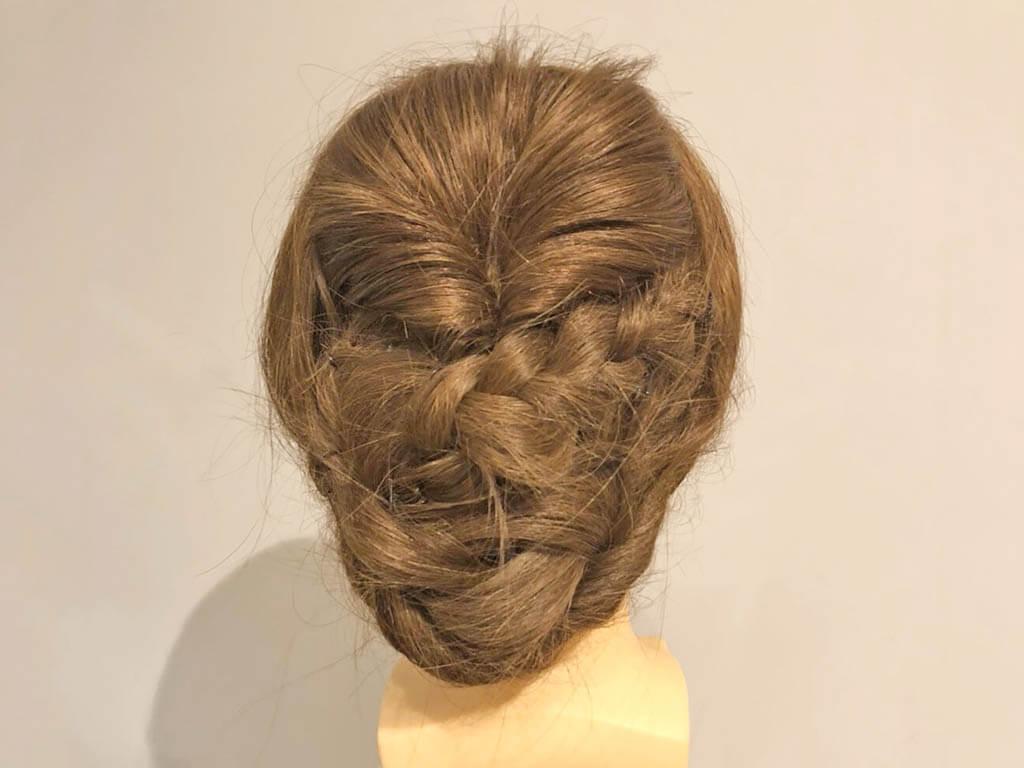 ねじりと三つ編みで完成!上品なまとめ髪アレンジラスト