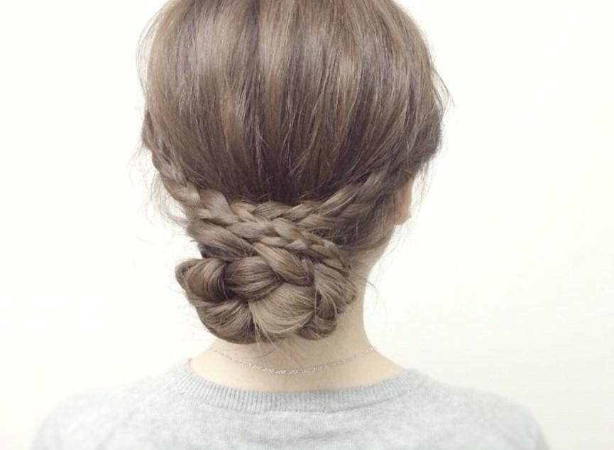 ミディアムでも簡単かわいい♡三つ編みで作るまとめ髪アレンジ トップ
