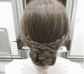 ミディアムでも簡単かわいい♡三つ編みで作るまとめ髪アレンジ4