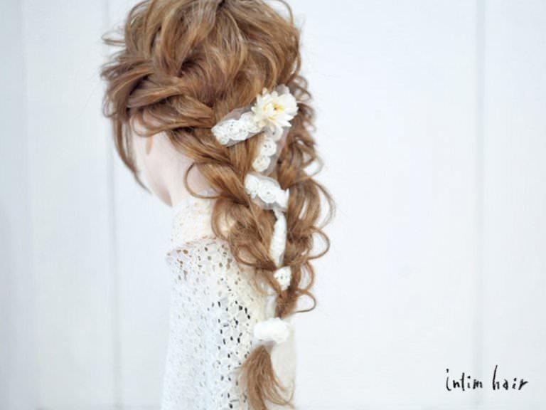 リボン三つ編みでつくる、ガーリーなヘアスタイルTOP