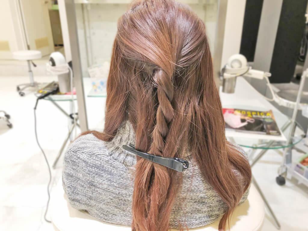 ラフでおしゃれ♪ロープ編みヘアアレンジでつくる簡単ローポニーテール3