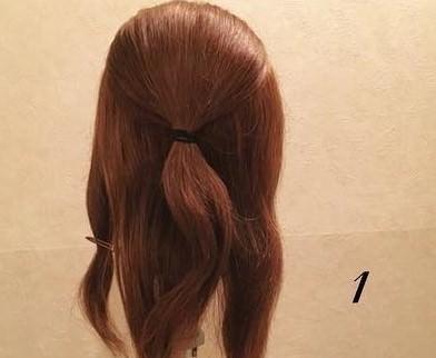 お花のヘアアクセがピッタリ♡編み下ろしアレンジ1