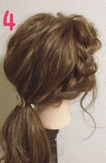 いつものひとつ結びにひと手間☆サイド三つ編みで作る愛されヘア4