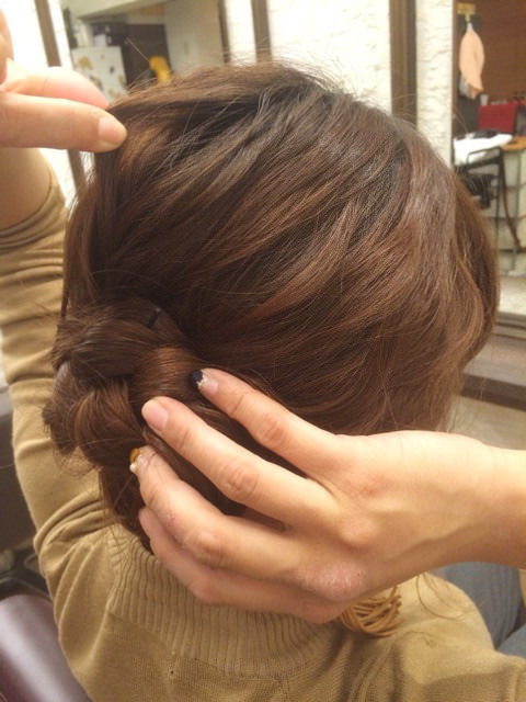 三つ編みをクルクルっと!夏にピッタリのまとめ髪アレンジ5