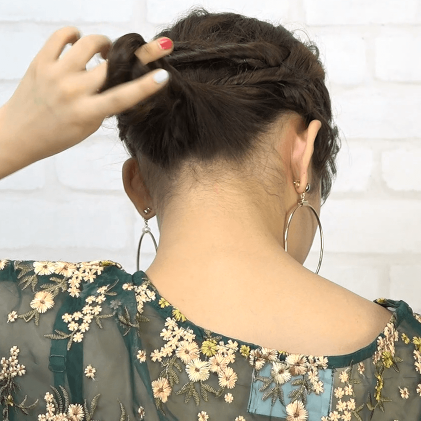 編み込み一切不要!ねじりだけで作れるまとめ髪4