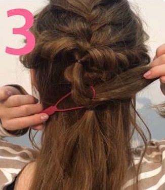 フェミニン系の服装に合う♪甘めのまとめ髪3