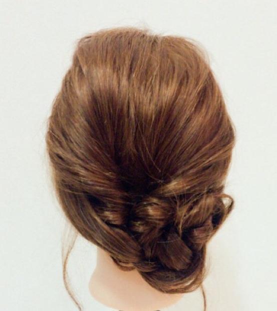 春に大活躍すること間違いなし♪くるりんぱ×三つ編みでつくるフェミニンなまとめ髪アレンジ4