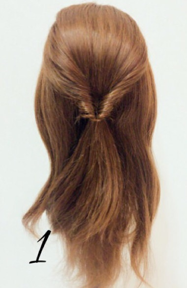 春に大活躍すること間違いなし♪くるりんぱ×三つ編みでつくるフェミニンなまとめ髪アレンジ1