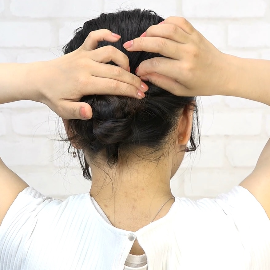 黒髪なのに動きが出るラフなお団子アレンジ 8
