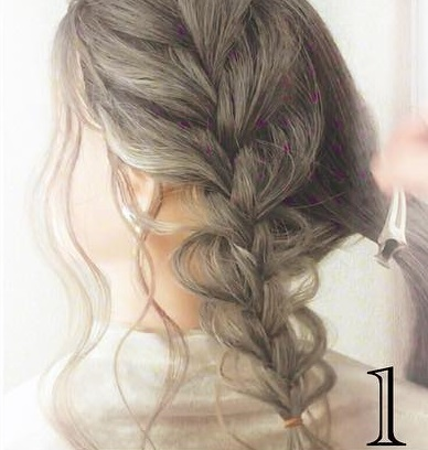後れ毛で小顔効果◎三つ編みとくるりんぱで作るお呼ばれシニヨンアレンジ♡1
