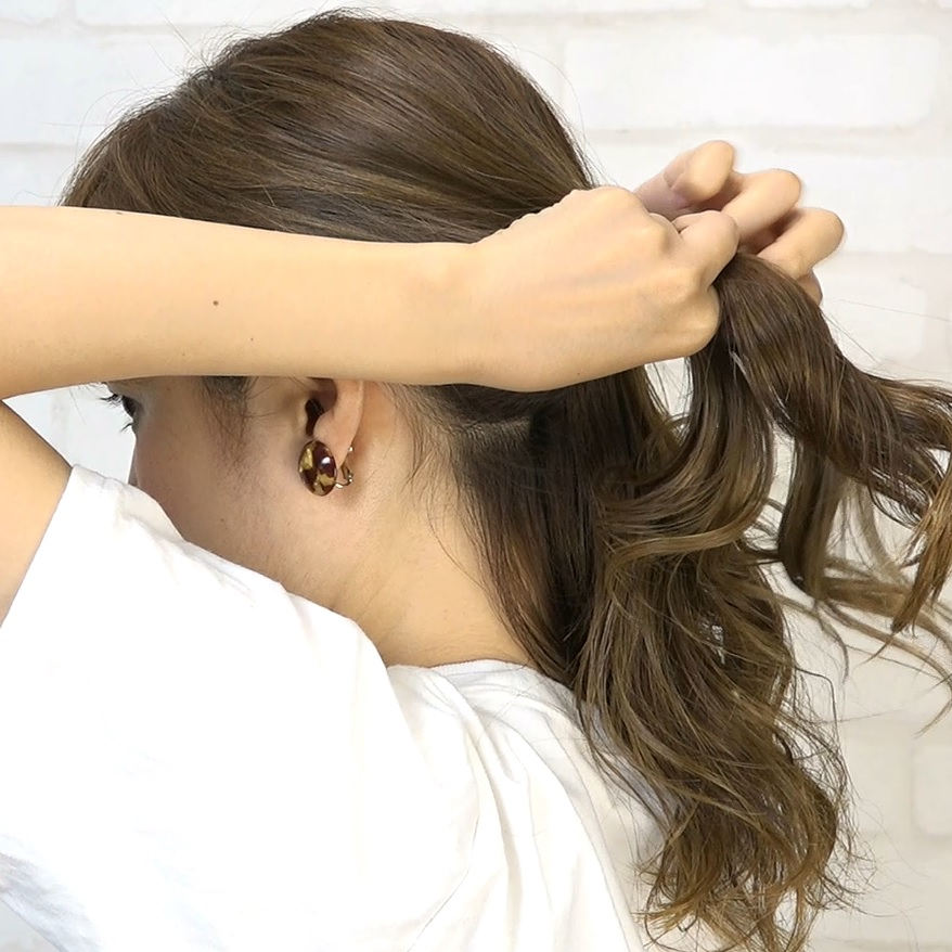 後れ毛が可愛い♡小顔に見える華やかシニヨン1